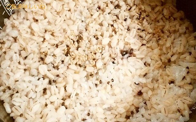 炊き立ての雑穀米・混ぜる前