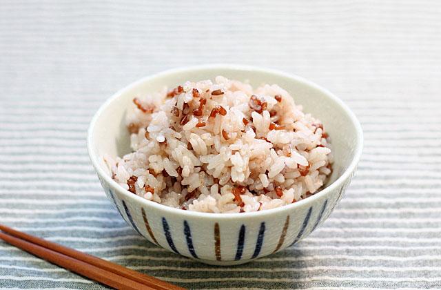 お茶碗に盛った赤米ご飯